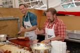 Pferdemarkt - Gunther und Carsten portionieren den Bauchspeck